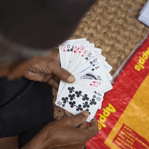 Contrôlez les options et faites jouer les autres avec les cartes que vous distribuez fait partie des 48 lois du pouvoir